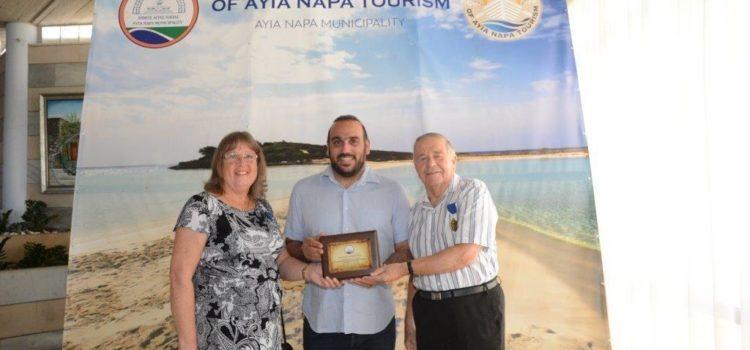 Ξένοι επισκέπτες τιμήθηκαν από τον Δήμαρχο, κ. Γιάννη Καρούσο, για τις επαναλαμβανόμενες επισκέψεις τους στην Αγία Νάπα